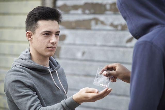 מכירת סמים לסוכן משטרתי: מהו העונש הצפוי לגבר שמכר לשוטר סם מסוג MDMA?
