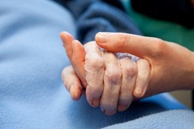 רשלנות בטיפול בקשישה: בית אבות יפצה משפחת חולה סיעודית שנפטרה מהיפותרמיה