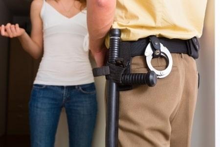 עבירת אלימות ללא הרשעה: עונש מופחת לצעירה שתקפה את בן זוגה
