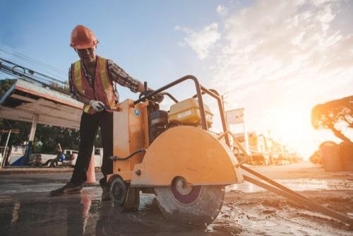 פיצויים בגין פציעה ממכונה בעבודה: 614 אלף שקלים לעובד שנפגע ברגלו ממסור לאספלט