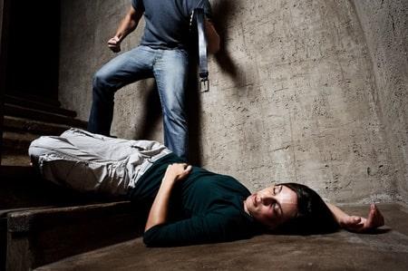 תקיפה אלימה של בת זוג: מהו עונשו של בחור שהיכה את זוגתו באמצעות בקבוק זכוכית?