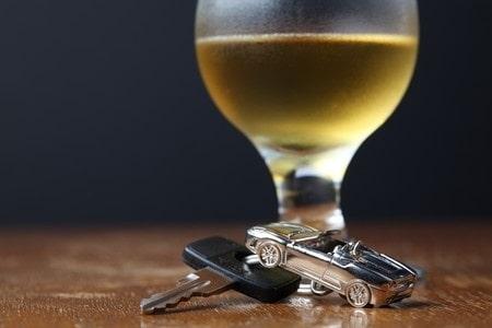 גרימת תאונת דרכים עקב נהיגה בשכרות: מה העונש הצפוי לנהגת שהתנגשה ברכב חונה?