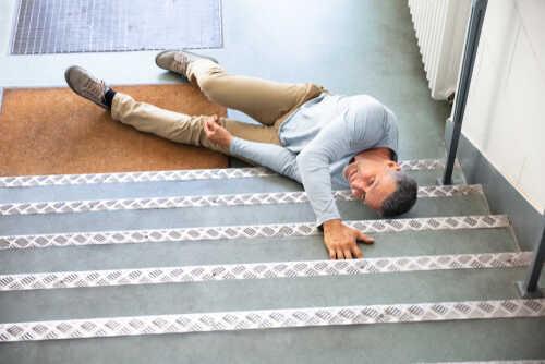 תאונה בבית ספר: מורה שהחליק במדרגות ונחבל בגבו יקבל 244 אלף שקלים
