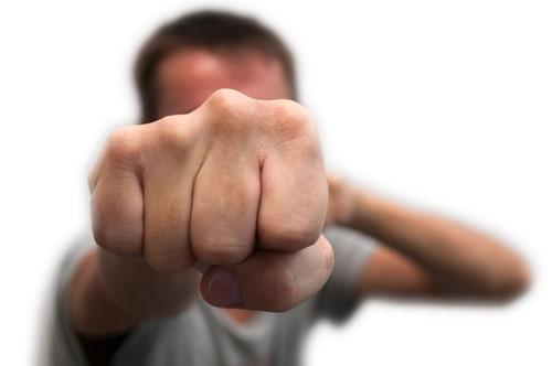 עונש קל בגין תקיפה חמורה: מדוע גבר שחנק והיכה קטין לא נשפט למאסר?