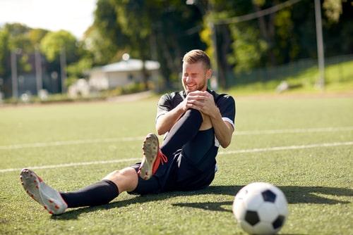 פציעה במהלך משחק כדורגל: גבר שנפל ונחבל בברך יקבל פיצויים בסך 266 אלף שקלים