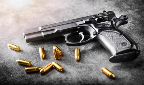 תאונה עקב משחק בנשק: פיצויים בסך 157 אלף שקלים לגבר שנפגע מפליטת כדור אקדח