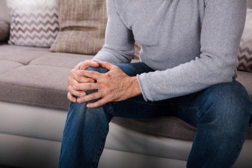 תאונת עבודה בבית ספר: האם מורה שנפל מכיסא ונחבל בברך יקבל פיצויים?