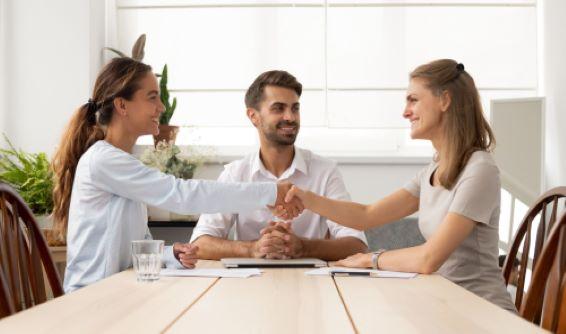 גישור בסכסוכים עסקיים: מהם יתרונותיו על פני ניהול הליך בבית המשפט?