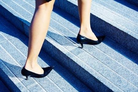 תאונת נפילה במדרגות: אישה נפלה במדרגות בשטח ציבורי ותבעה את העירייה