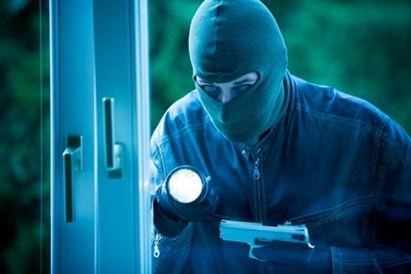 זיכוי מפריצה לבית מגורים: מדוע בחור שהואשם בפריצה זוכה מאשמה?