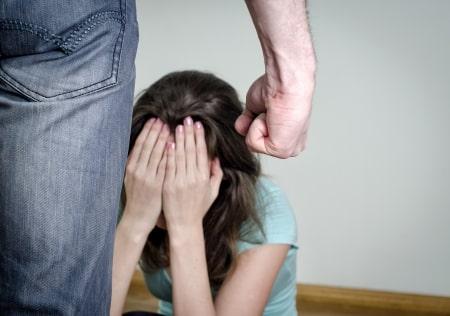 אלימות כלפי בן משפחה: מה העונש הצפוי לגבר שהיכה את אימו ואשתו בראשן?