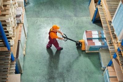 תאונת עבודה במפעל לייצור אריזות: מה הפיצוי שקיבל אדם שנחבל קשות בכתפיו עקב עבודתו?