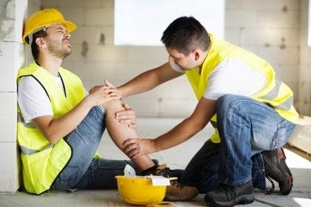 נפילה מגובה במהלך העבודה: עובד שנפל מגג ונחבל בגבו יקבל 400 אלף שקלים